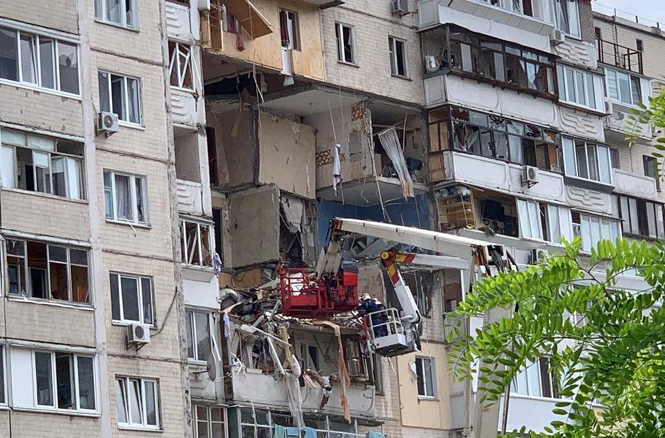 Взрыв в доме на Позняках: полиция провела обыск у слесаря, который менял газовые счетчики