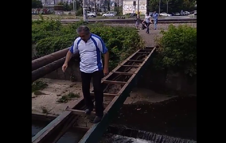 Неизвестные разобрали пешеходный мост через реку Лыбедь (видео)