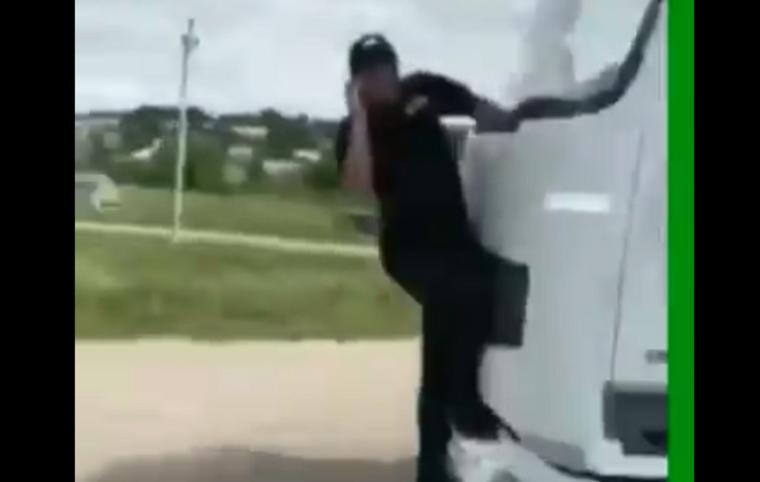Інспектор «Укртрансбезпеки» їхав на капоті фури і розмовляв по телефону (відео)