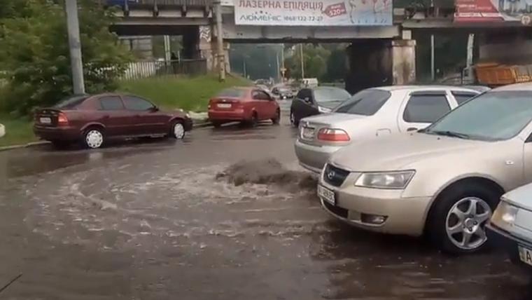 На Сырце затопило проезжую часть из-за прорыва трубы (видео)