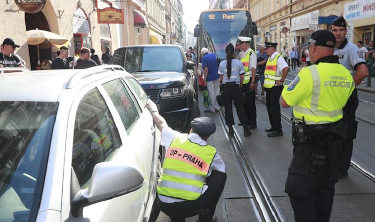 Автохам на украинских номерах заблокировал движение трамваев в Праге