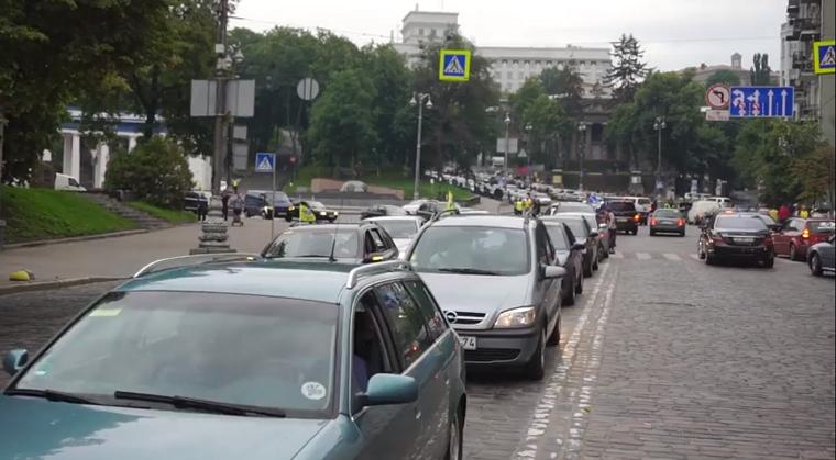 В центре Киева проводят акцию владельцы авто на еврономерах (видео)