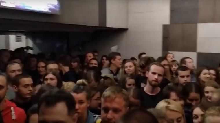 На двух станциях столичного метро произошла давка (видео, фото)