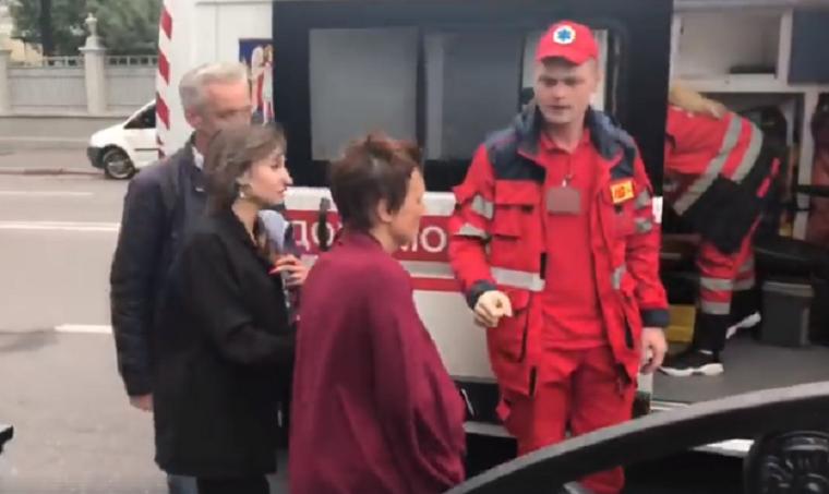 В столице госпитализировали активистку, которая голодала за музей на Почтовой площади (видео)