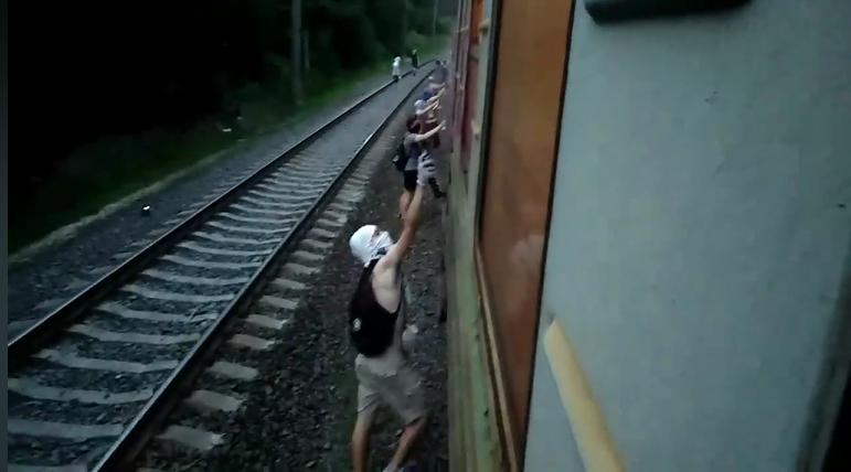 Неизвестные остановили городскую электричку и разрисовали ее (видео)