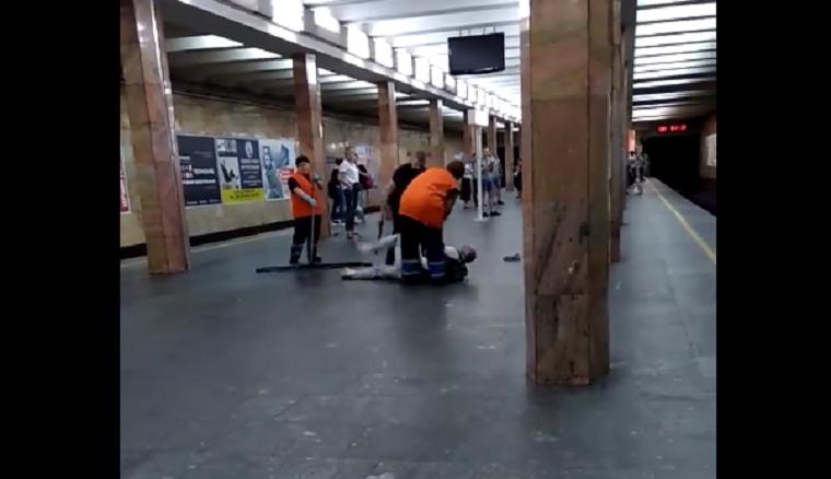 На станции столичного метро полицейский побил мужчину (видео)