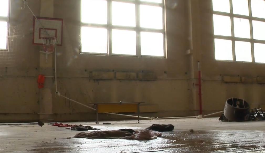 Мокрые учебники и ведра с водой: в Киеве из-за ливня затопило школу (видео)