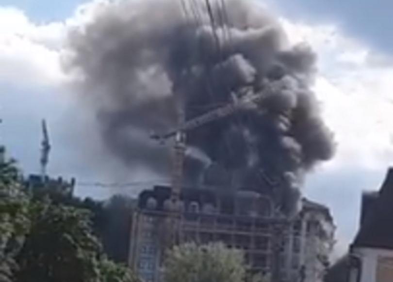 На Подоле едва не сгорело недостроенное здание