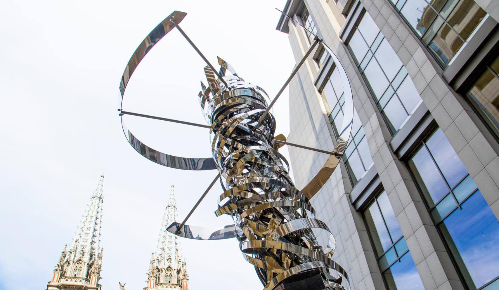 В центре Киева установили скульптуру в виде ДНК