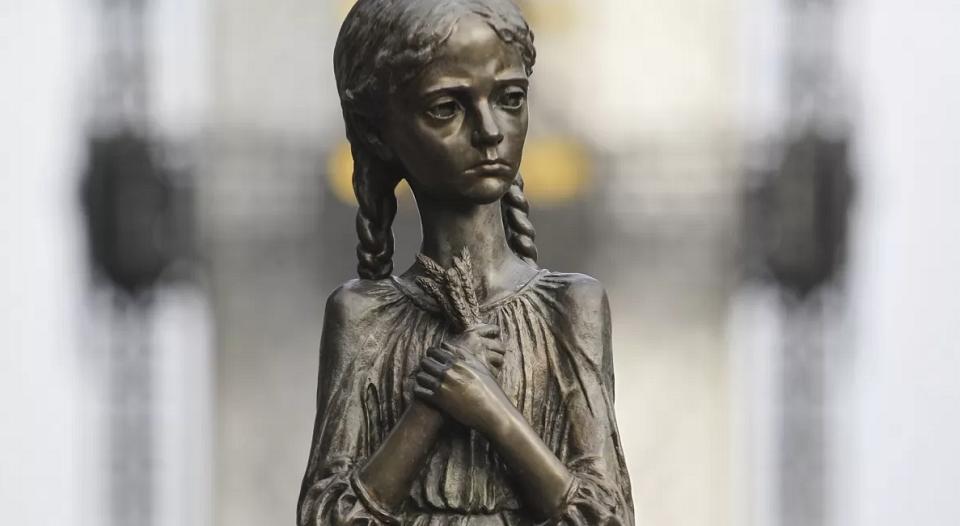 Вандалы пытались повредить скульптуру девочки с колосками
