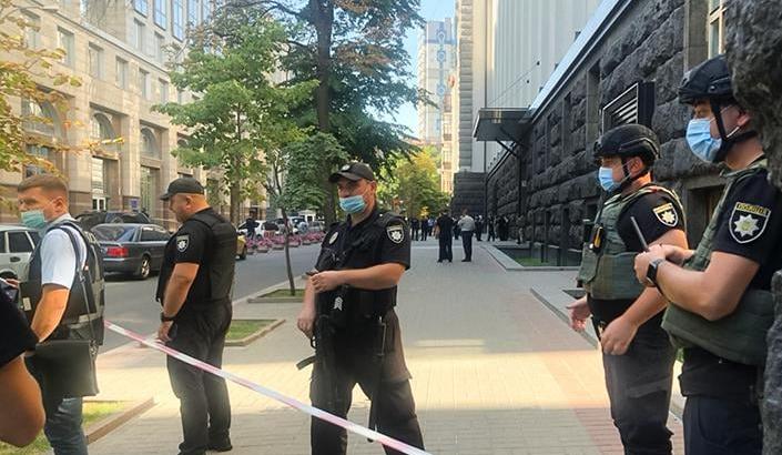 Мужчина захватил здание Кабмина и угрожал его взорвать