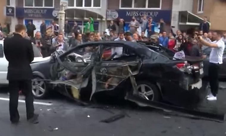 В центре столицы взорвался автомобиль, внутри которого были люди (видео)