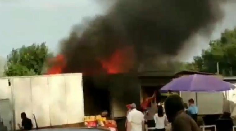На столичном рынке загорелся грузовик с овощами (видео)