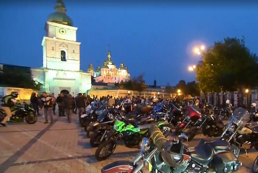 В центре Киева почтили память погибших байкеров (видео)