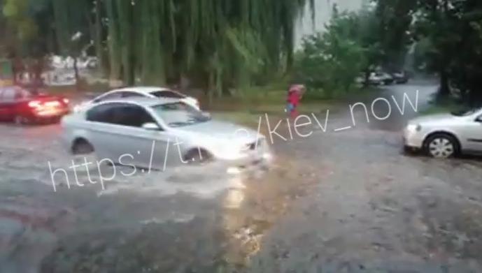 Поваленные деревья и затопленные дороги: последствия ливня в Киеве (обновлено)