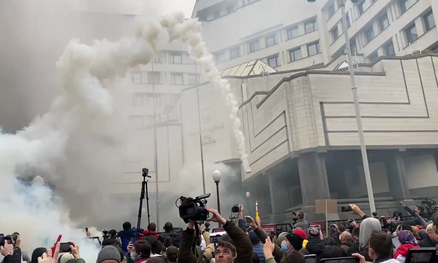 Под Конституционным судом жгли фаеры и«дымовухи»