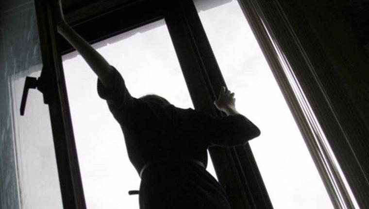 На Троєщині дівчина викинулася з вікна через планшет