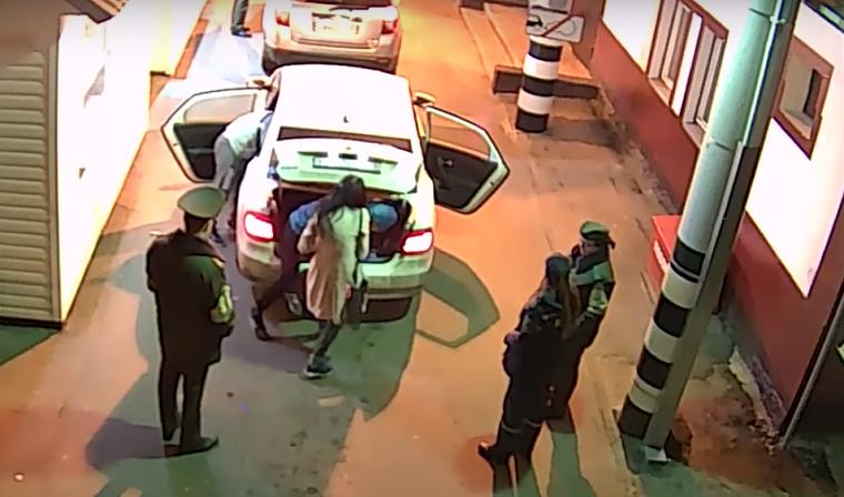 Россияне пытались провезти украинку в багажнике через границу (видео)