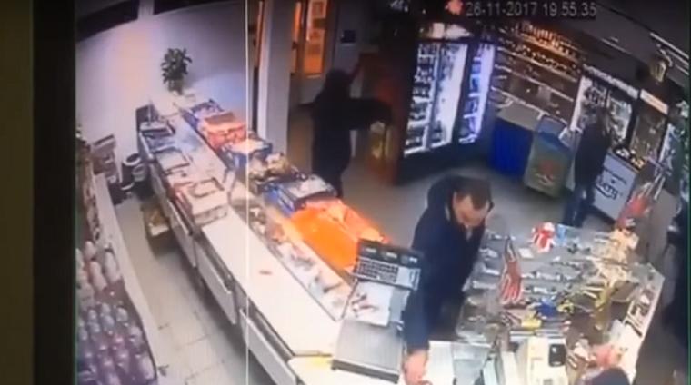 В Киеве сын нардепа ограбил продуктовый магазин (видео)
