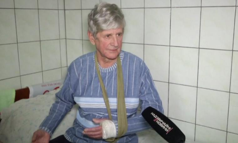 Под Киевом коммунальщики сломали руку пенсионеру