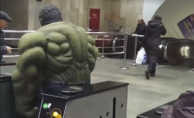 В столичном метро заметили Халка (видео)