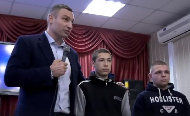 Кличко отчитал вандалов, которые скрутили плафоны с ограды ботсада (видео)