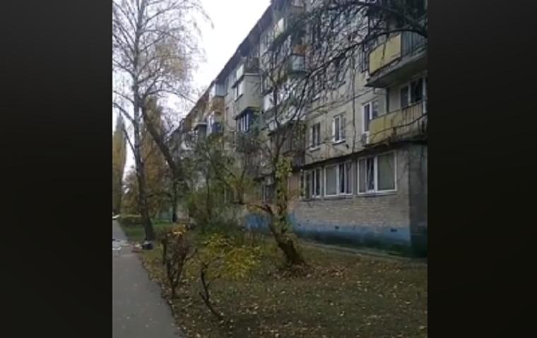 Мужчина кидал вещи с балкона и грозился прыгнуть (видео)