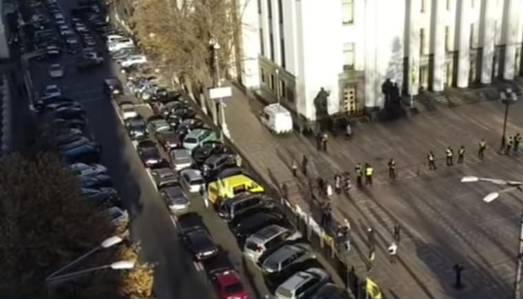 В центрі Києва знову протестують власники авто на єврономерах (відео)